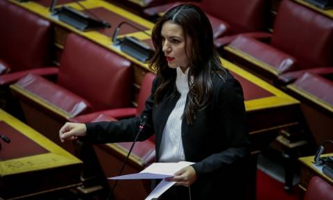 Τι διαβάζει η Όλγα Κεφαλογιάννη μέσα στη Βουλή - Οι εικόνες που την «πρόδωσαν»