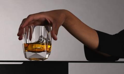 Αυτό είναι το ποτήρι που θα λατρέψουν όσοι πίνουν ουίσκι! (pics)