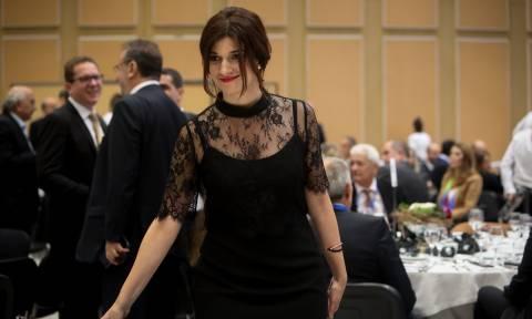 Κόκκινο κραγιόν και μαύρη δαντέλα: Η εμφάνιση της Νοτοπούλου στο Βελλίδειο που συζητήθηκε (pics)