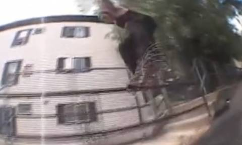Σοκαριστικές εικόνες! Κάνει σκέιτμπορντ και τον χτυπάει φορτηγό (video)