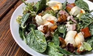 Η συνταγή της ημέρας: Πράσινη σαλάτα με αυγά ποσέ