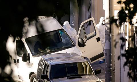 Βίντεο - ντοκουμέντο: Η στιγμή που αστυνομικοί απομακρύνουν τη βόμβα από το σπίτι του Ντογιάκου