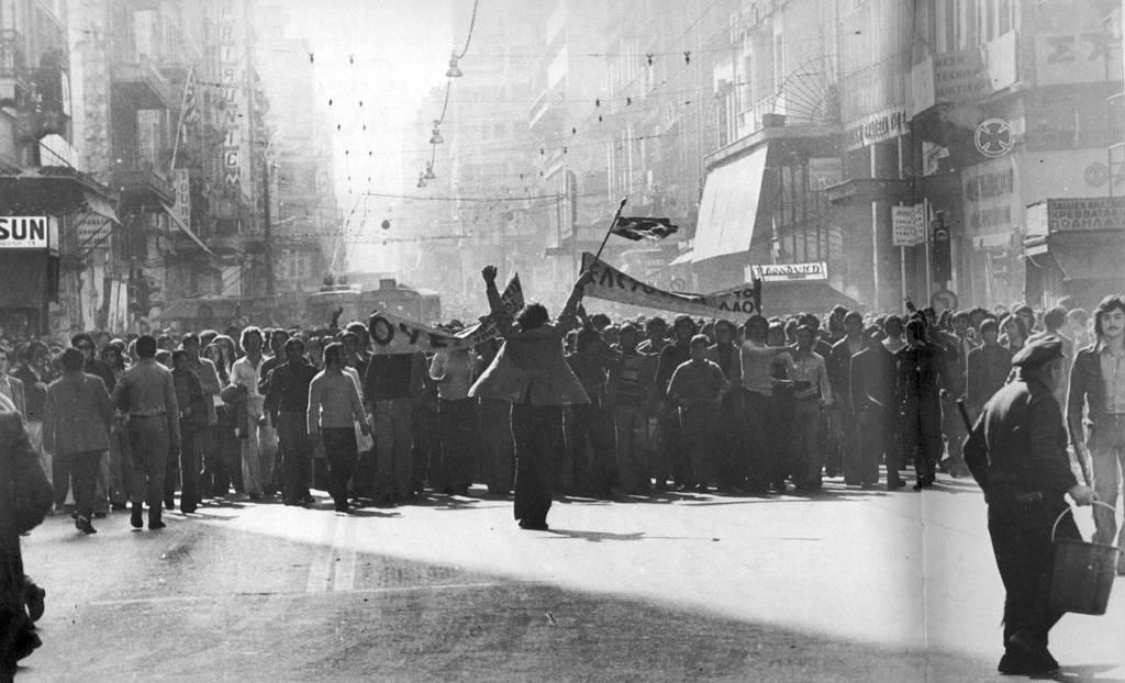 Σαν σήμερα το 1973 η Χούντα καταστέλλει την εξέγερση του Πολυτεχνείου (Vid)