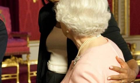 Μισέλ Ομπάμα: Αυτή είναι η αλήθεια για την «απαγορευμένη» αγκαλιά στη Βασίλισσα Ελισάβετ
