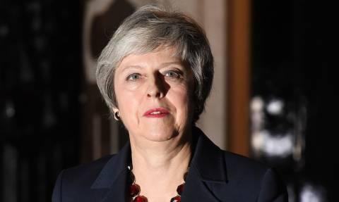 Στηρίζει Μέι ο Ιρλανδός ΥΠΕΞ: Χαοτικό το Brexit χωρίς συμφωνία