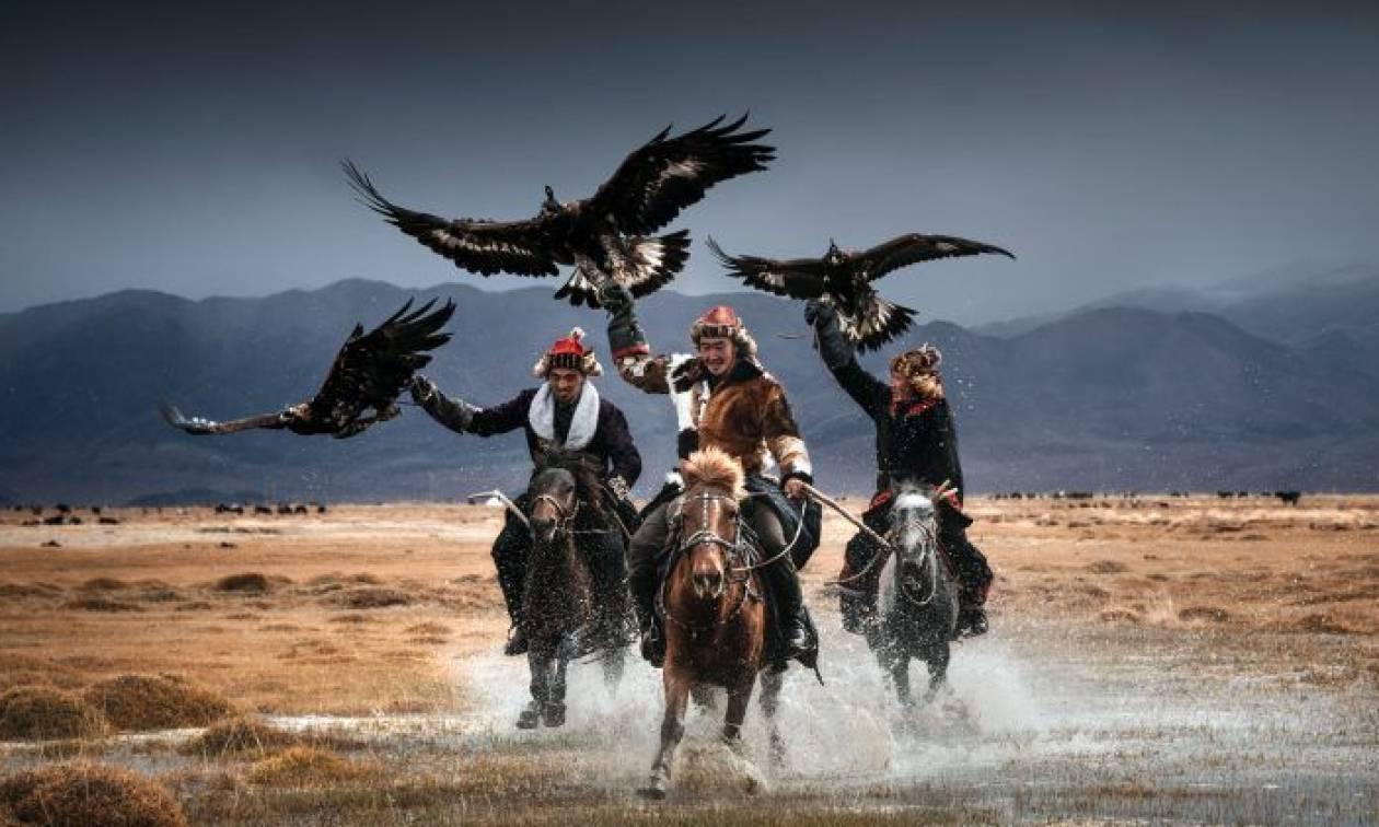 Κυνηγοί ταξιδεύουν στην Μογγολία και το δέσιμό τους με τους γυπαετούς είναι απίστευτο (Video)