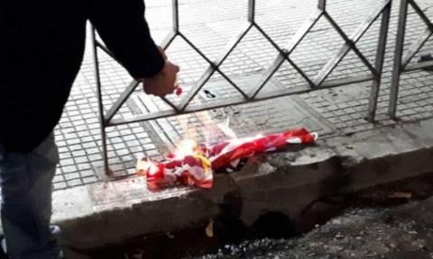 Πολυτεχνείο: Έκαψαν την αμερικανική σημαία και έσπασαν βιτρίνες στη Θεσσαλονίκη (vids+pics)