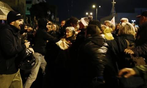 Πολυτεχνείο: Προπηλακισμοί στελεχών του ΣΥΡΙΖΑ - Μπουκάλια και γροθιές εναντίον τους (pics)