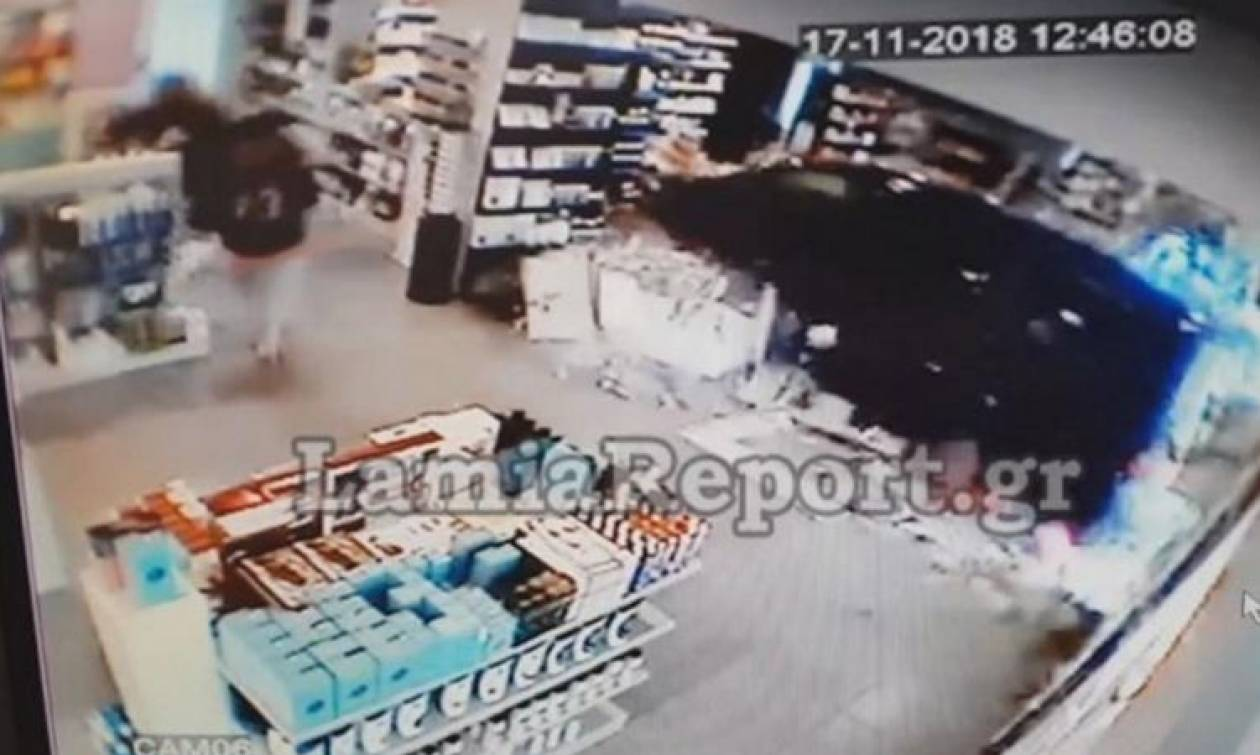 Σοκάρει η εισβολή αυτοκινήτου σε φαρμακείο στη Λαμία: «Εκεί χθες έπαιζαν τα παιδιά μου» (vids)
