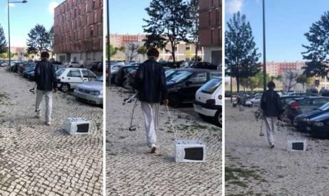 Βγήκε... βόλτα στους δρόμους με τον φούρνο μικροκυμάτων (Video)