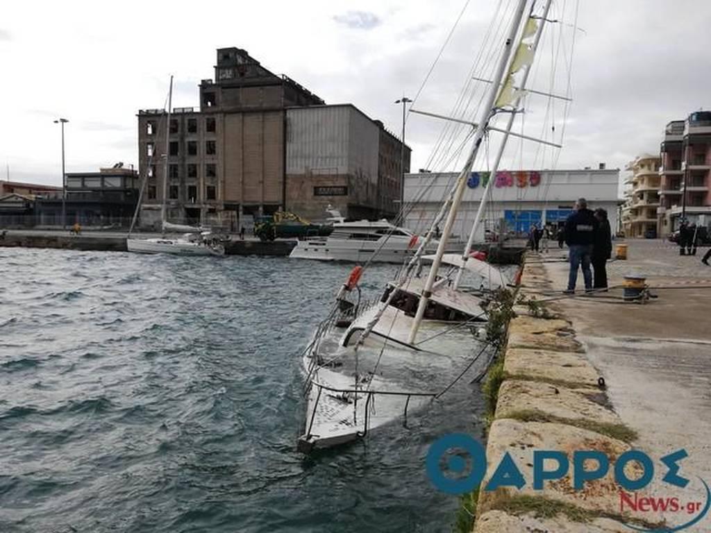 Απίστευτες εικόνες: Σκάφος βυθίζεται στο λιμάνι της Καλαμάτας (pics)