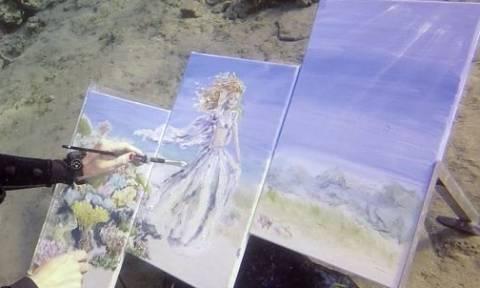 Βούτηξε στη θάλασσα με το μοντέλο του και άρχισε να ζωγραφίζει (video)