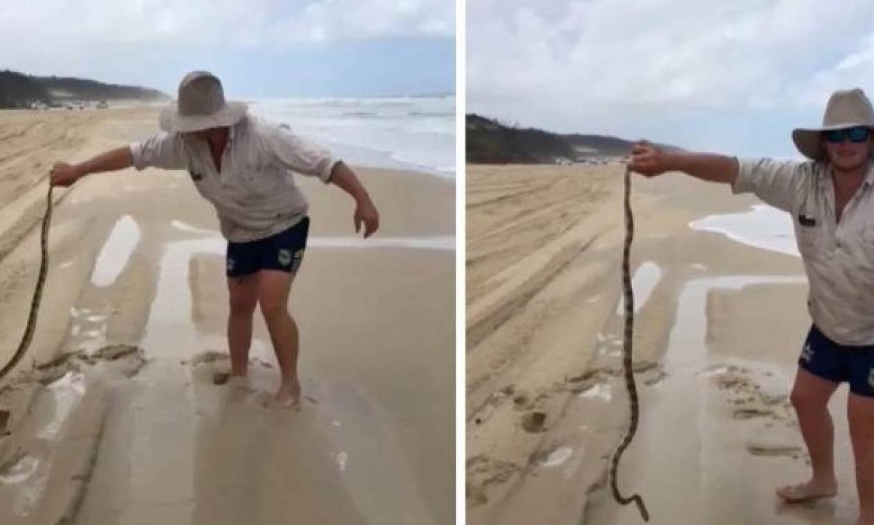 Είχε πάει για ψάρεμα, όταν ξαφνικά είδε κάτι στην άμμο! Μόλις το σήκωσε ήταν αργά... (video)