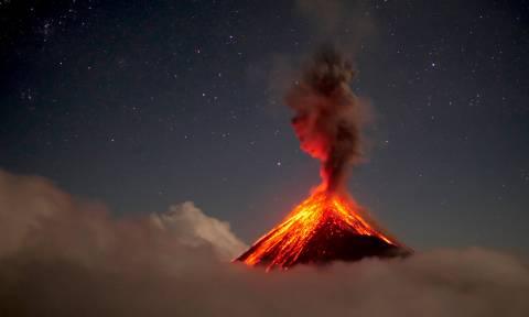Ο τρόμος επιστρέφει στη Γουατεμάλα: Πέτρες, φωτιά και τοξικά αέρια ξερνάει το ηφαίστειο Φουέγκο