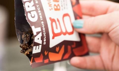Δεν είναι Fake News: Αδειάζουν τα ράφια των σούπερ μάρκετ από μοσχάρι και τα γεμίζουν με γρύλους
