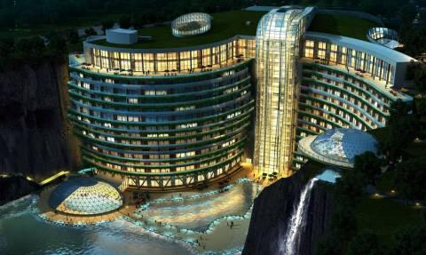 Εντυπωσιακό: Αυτό είναι το πρώτο ξενοδοχείο του κόσμου χτισμένο σε λατομείο (vid)