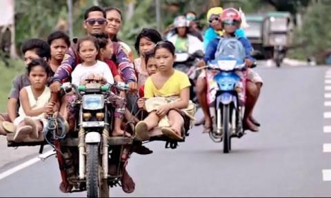 Φιλιππίνες: Ταξί - μοτοσυκλέτες μεταφέρουν μία ολόκληρη οικογένεια (vid)
