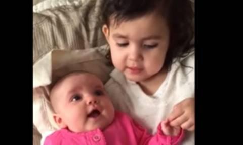 Κοριτσάκι τραγουδάει στο αδελφάκι του για να σταματήσει το κλάμα... Και τα καταφέρνει (vid)