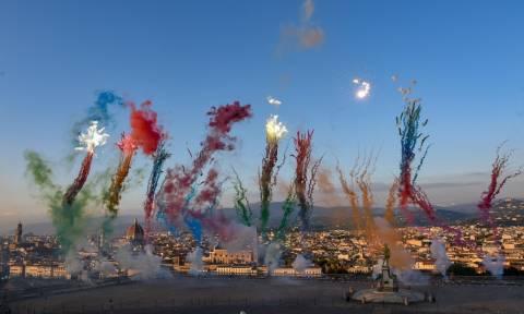Φλωρεντία: Η εντυπωσιακή γιορτή που στολίζει τον ουρανό ολόκληρης της πόλης με... λουλούδια! (pics)