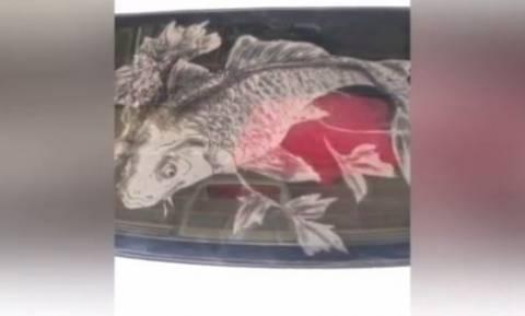 Έργα τέχνης σε σκονισμένα… τζάμια αυτοκινήτων (vid)