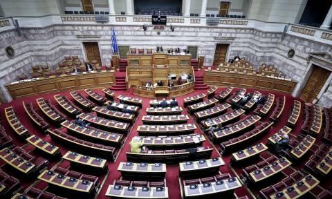 Βουλή: Υπερψηφίστηκε το νομοσχέδιο για τις μειώσεις ασφαλιστικών εισφορών