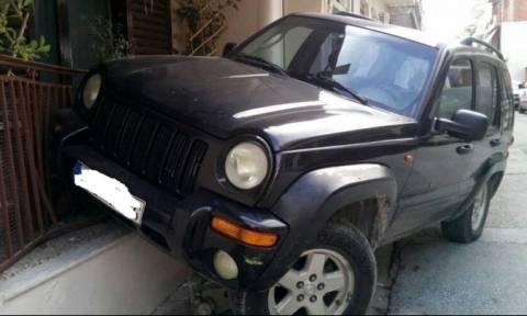 Απίστευτο τροχαίο στη Λάρισα: Τζιπ προσγειώθηκε σε μπαλκόνι σπιτιού! (pics)