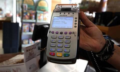 «Συναγερμός» στο υπουργείο Οικονομικών από τη μείωση των συναλλαγών με κάρτες