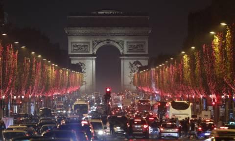 Χριστούγεννα 2018: Το Παρίσι φωταγωγήθηκε με χιλιάδες λαμπιόνια και το θέαμα είναι μαγευτικό! (pics)