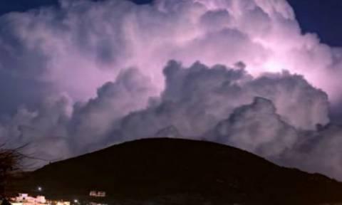Σάμος: Το απίστευτο φαινόμενο που έκανε μωβ τον ουρανό στη μέση της νύχτας! (vid)