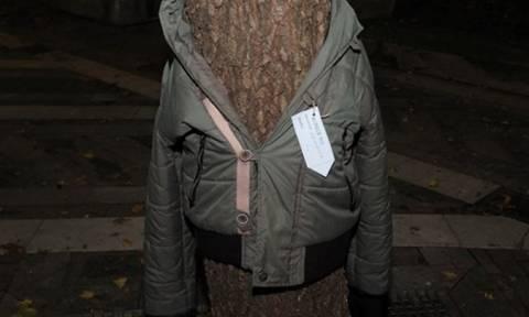 Δείτε γιατί στη Λάρισα ντύνουν τα δέντρα με μπουφάν (vid)