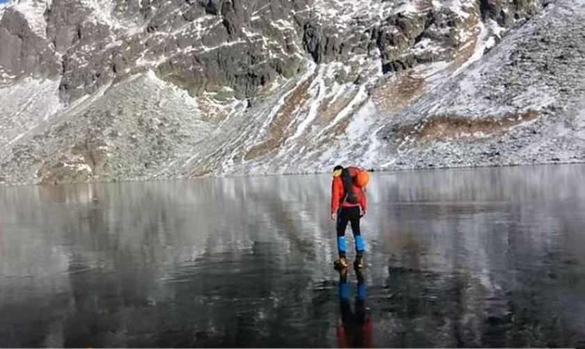 Η απίστευτη αίσθηση να περπατάς πάνω στον καθαρότερο πάγο του πλανήτη (Vid)