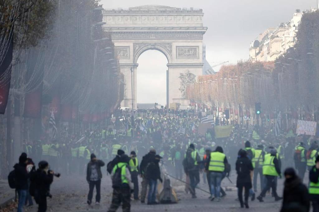 Καζάνι που «βράζει» η Γαλλία: Σοβαρά επεισόδια στο Παρίσι με δακρυγόνα και αύρες - Δείτε LIVE εικόνα