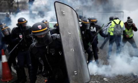 Καζάνι που «βράζει» η Γαλλία: Σοβαρά επεισόδια στο Παρίσι με δακρυγόνα και αύρες (Vids)