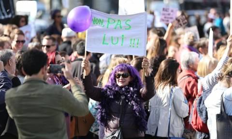 Γαλλία: Δεκάδες χιλιάδες διαδηλωτές στους δρόμους κατά της σεξιστικής και σεξουαλικής βίας (vids)