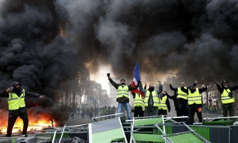 Χάος στο Παρίσι με τα «κίτρινα γιλέκα»: Άγριες συμπλοκές με οδοφράγματα, φωτιές τραυματίες και αύρες