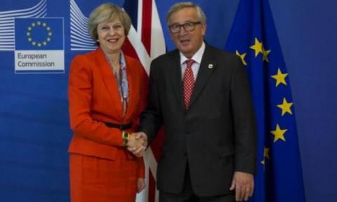 Brexit: Στις Βρυξέλλες η Μέι – Την υποδέχθηκε ο Γιούνκερ (vid+pics)