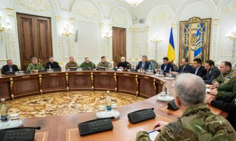 «Τύμπανα» πολέμου μεταξύ Ρωσίας – Ουκρανίας: Στρατιωτικό νόμο θέλει να κηρύξει το Κίεβο (pics+vids)