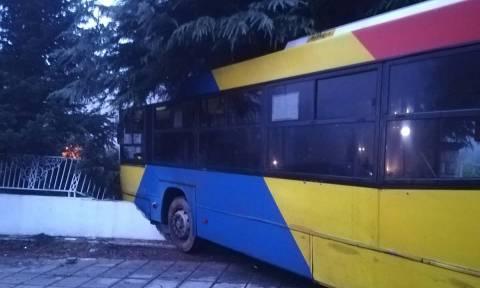 Τροχαίο με λεωφορείο του ΟΑΣΘ: «Καρφώθηκε» σε φράχτη σπιτιού (pics+vid)