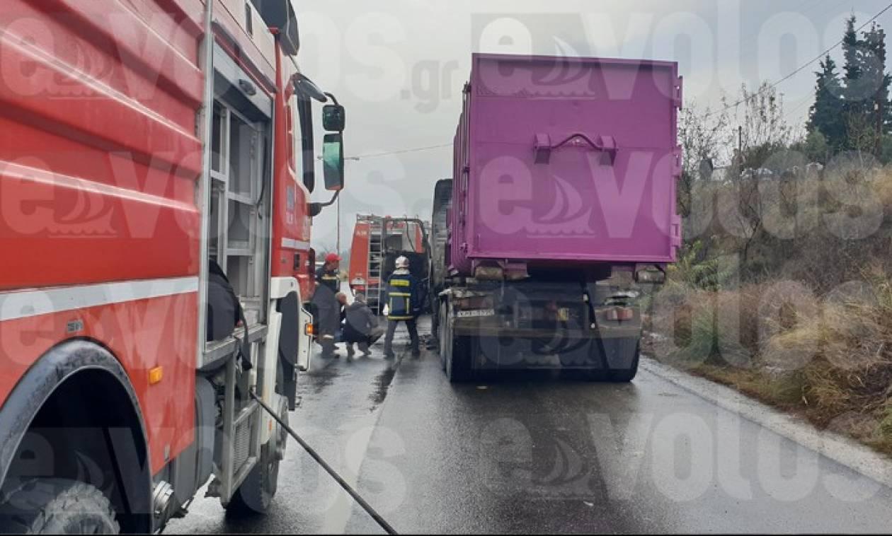Βόλος: Φορτηγό τυλίχθηκε στις φλόγες - Άγιο είχε ο οδηγός (pics)