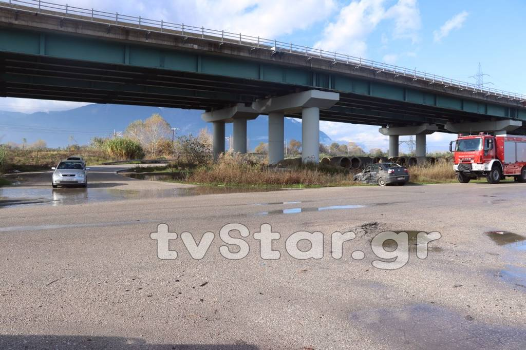 Λαμία: Αυτοκίνητο έπεσε πάνω σε φορτηγό - Στο νοσοκομείο ο ένας οδηγός (pics)