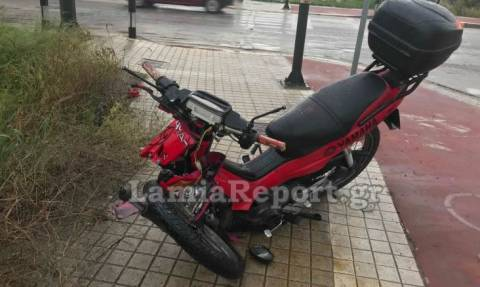 Λαμία: Τροχαίο με μηχανάκι - Τον έσωσε το κράνος (pics)