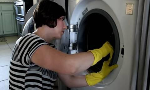 Τι φταίει και μυρίζουν άσχημα τα ρούχα σου, όταν τα βγάζεις απ' το πλυντήριο; (vids)