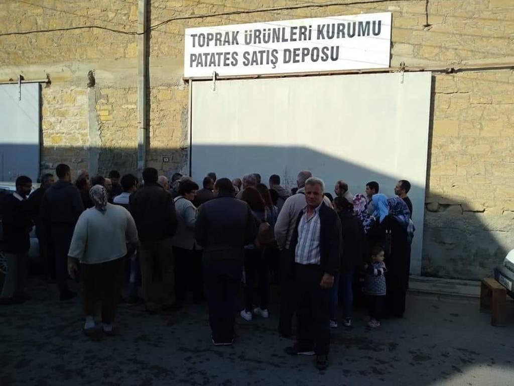 Εκεί τους κατάντησε ο Ερντογάν: Κάνουν ουρές για ένα σακί πατάτες (Pics+Vid)