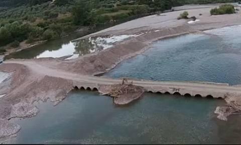 Η «Πηνελόπη» γκρέμισε τη γέφυρα που ενώνει το Παραδείσι Αγρινίου με το Τρίκορφο Ναυπακτίας (vid)
