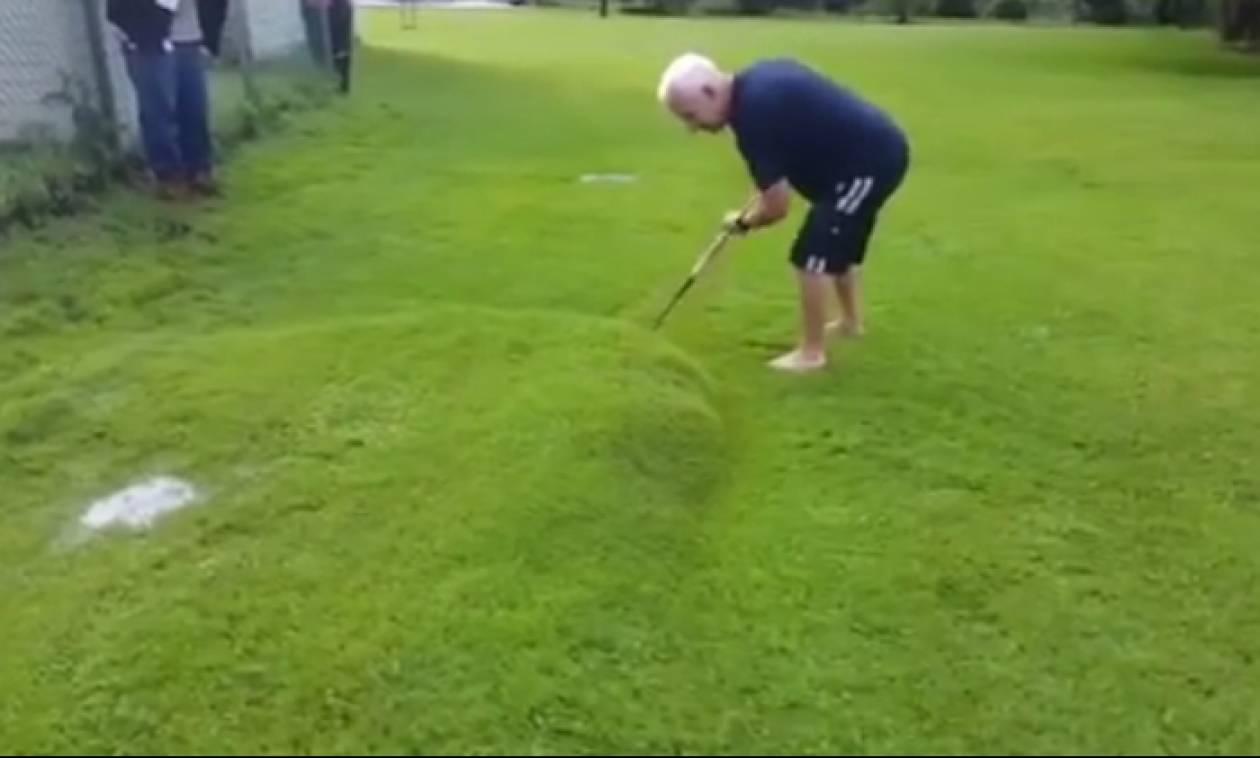 Γύρισε από διακοπές και είδε μια τεράστια… φούσκα στο γρασίδι του – Δεν φαντάζεσαι τι ήταν (video)