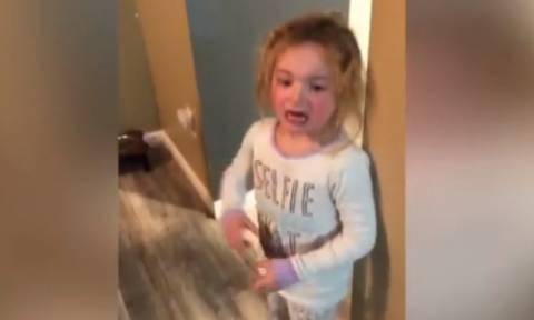 Η μικρή που ζηλεύει την… άρρωστη αδερφή της (vid)