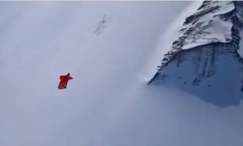 Συγκλονιστικές εικόνες: Αυτή είναι η πρώτη γυναίκα που πετά πάνω από την Ανταρκτική (vid)