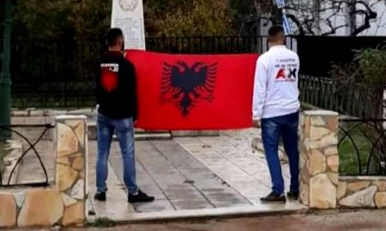 Απαράδεκτη πρόκληση: Αλβανοί κατέβασαν την ελληνική σημαία στο Κιάτο (vid)