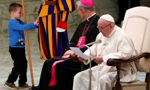 Κωφάλαλο αγοράκι σαμποτάρισε την ομιλία του Πάπα και η συγκινητική αντίδραση του Ποντίφικα ήταν αυτή