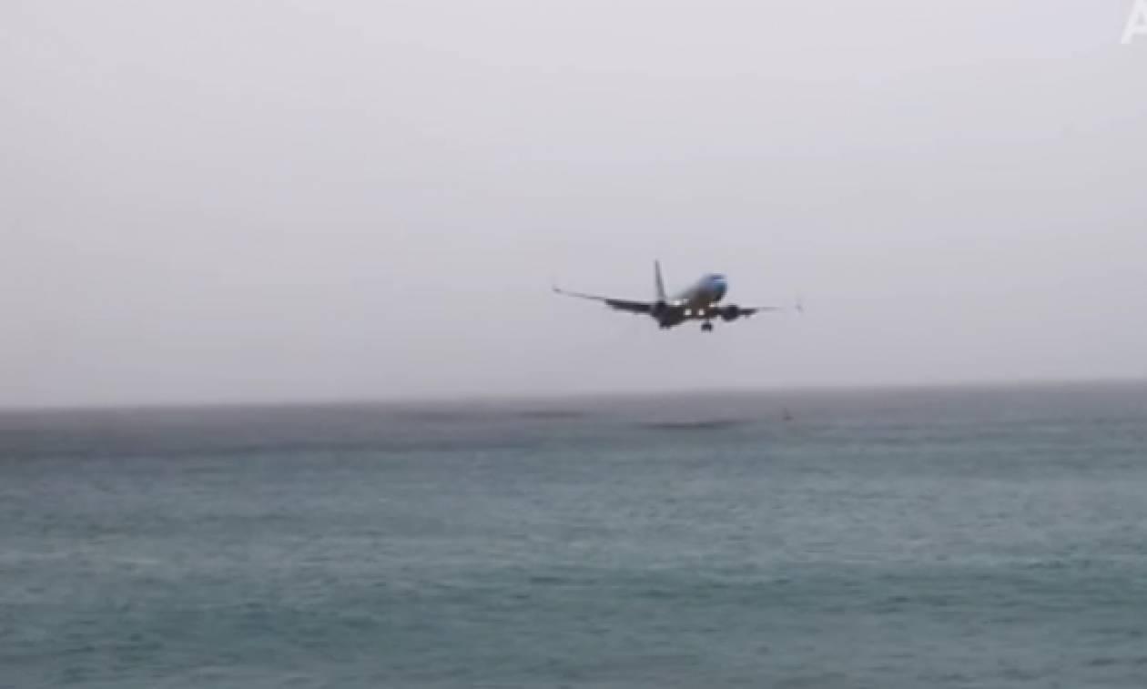 Πιλότος σχεδόν ακουμπά τον ωκεανό πριν προσγειώσει το αεροπλάνο (video)